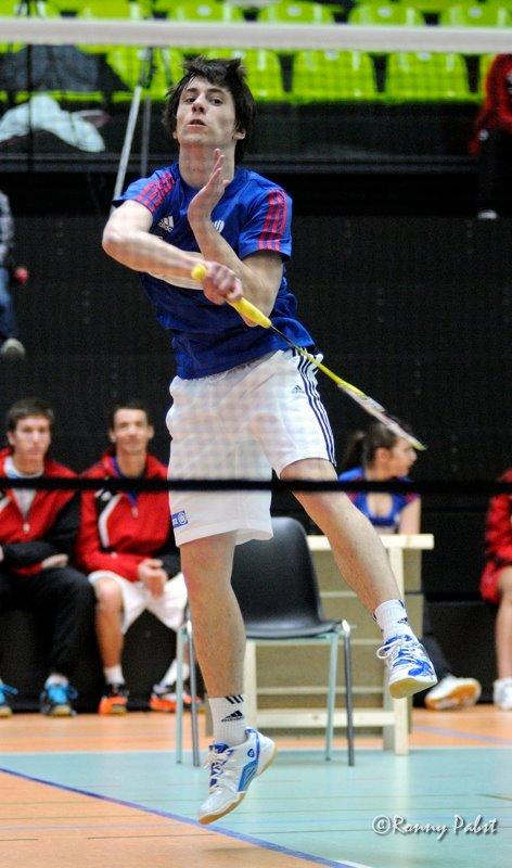 Un joueur de badminton qui smatch