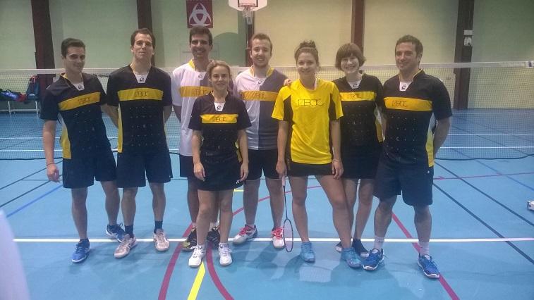 8 joueurs de badminton debout