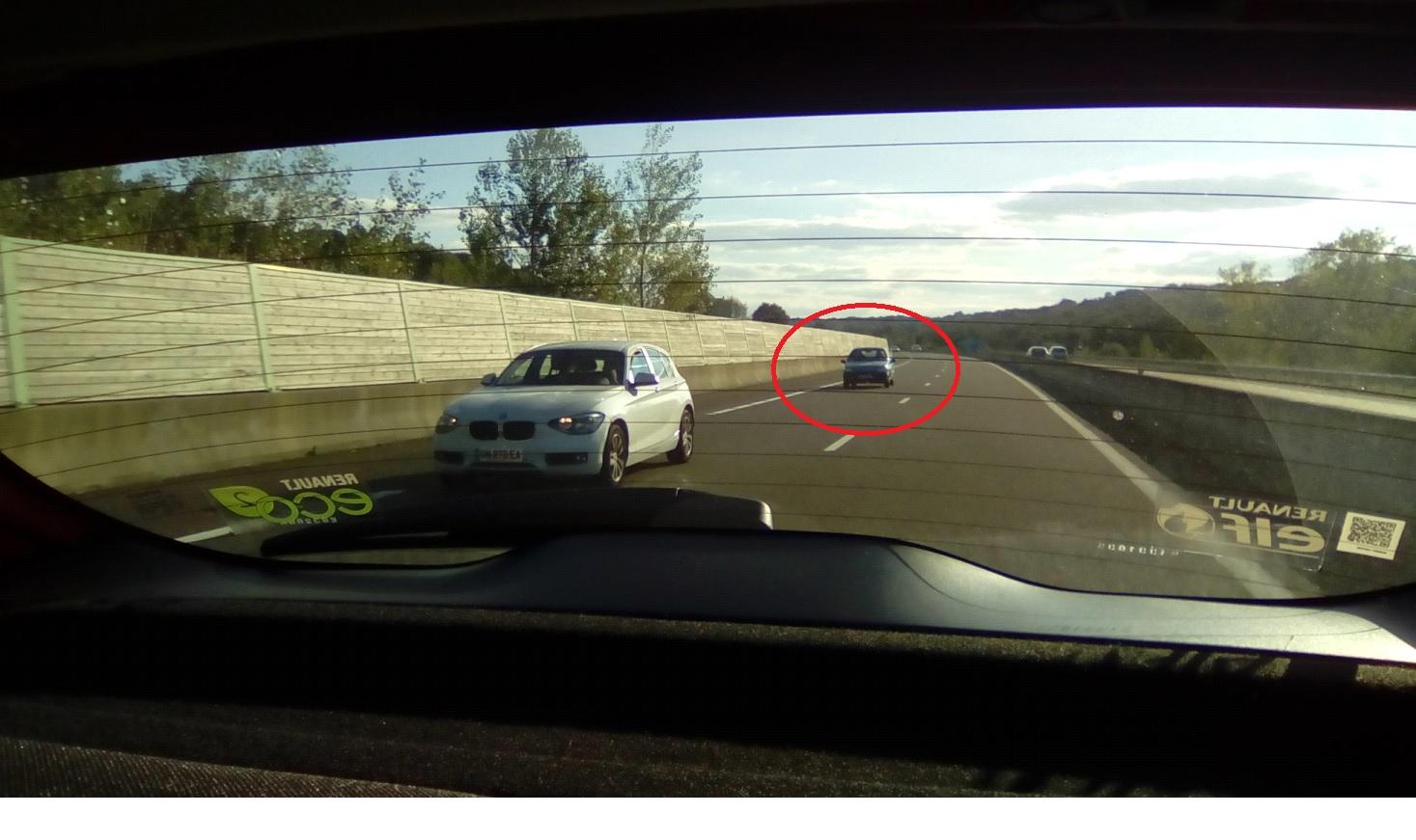 Une photo d'une autre voiture sur l'autoroute prise de l'intérieur d'une voiture