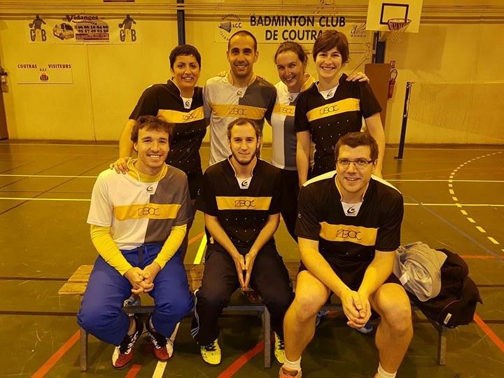 7 joueur de badminton. 3 assis au premier range et 4 debout derrière