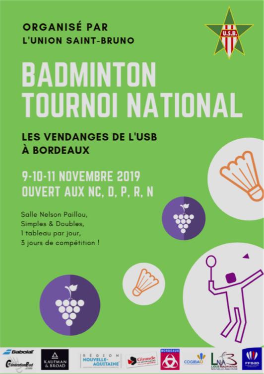 Affiche du tournoi de St Bruno : fond vert, des dessins de grappes de raison, de volants et un joueur de badminton